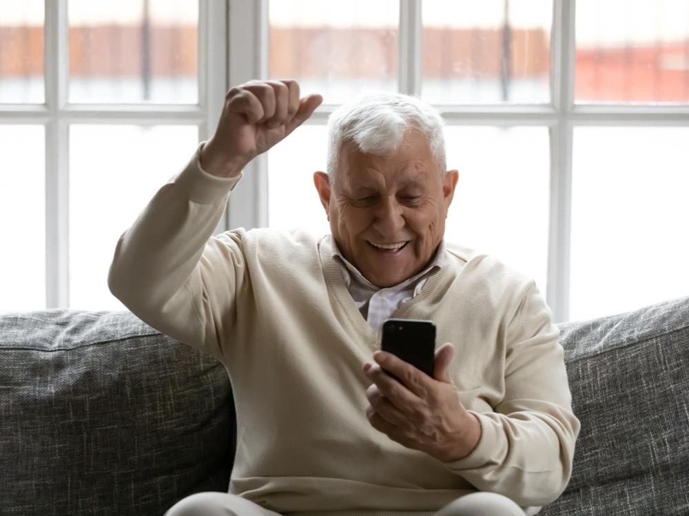 Idoso usando um aplicativo de celular